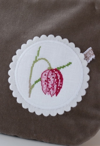 Stickbutton für die Samttasche -Schachbrettblume-