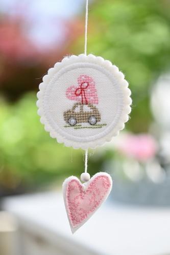 Button mit Stickanl. Auto mit Herz, rosa