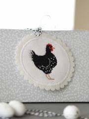 Stickbutton -weiß- für das schwarze Huhn