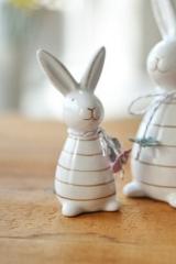 Keramikhase mit Schleife und Papierblüten, klein